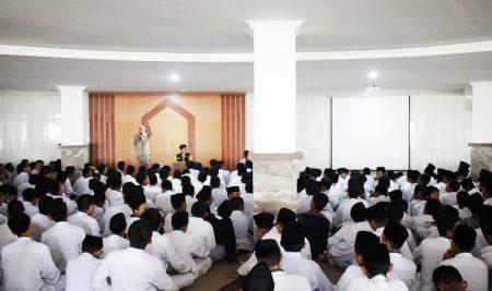 Penyuluhan COVID-19 di Al-Izzah